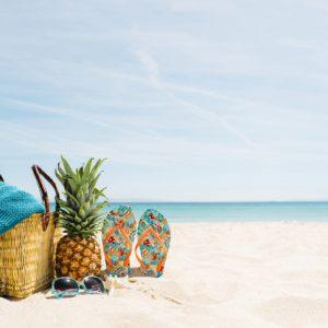 strandhintergrund-mit-strandelementen-und-copyspace_23-2147836084