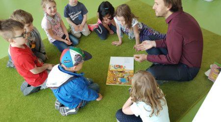 Vorlesen macht Spaß – Besuch von Stefan Ziller, MdA, in unserer Kita Entdeckerzwerge